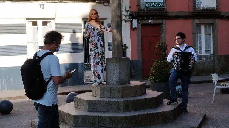 Joaquín Enríquez da Asoc. de Acordeonistas e Rocío Rodríguez presentadora de Luar da TVG gravan a canción de Canido